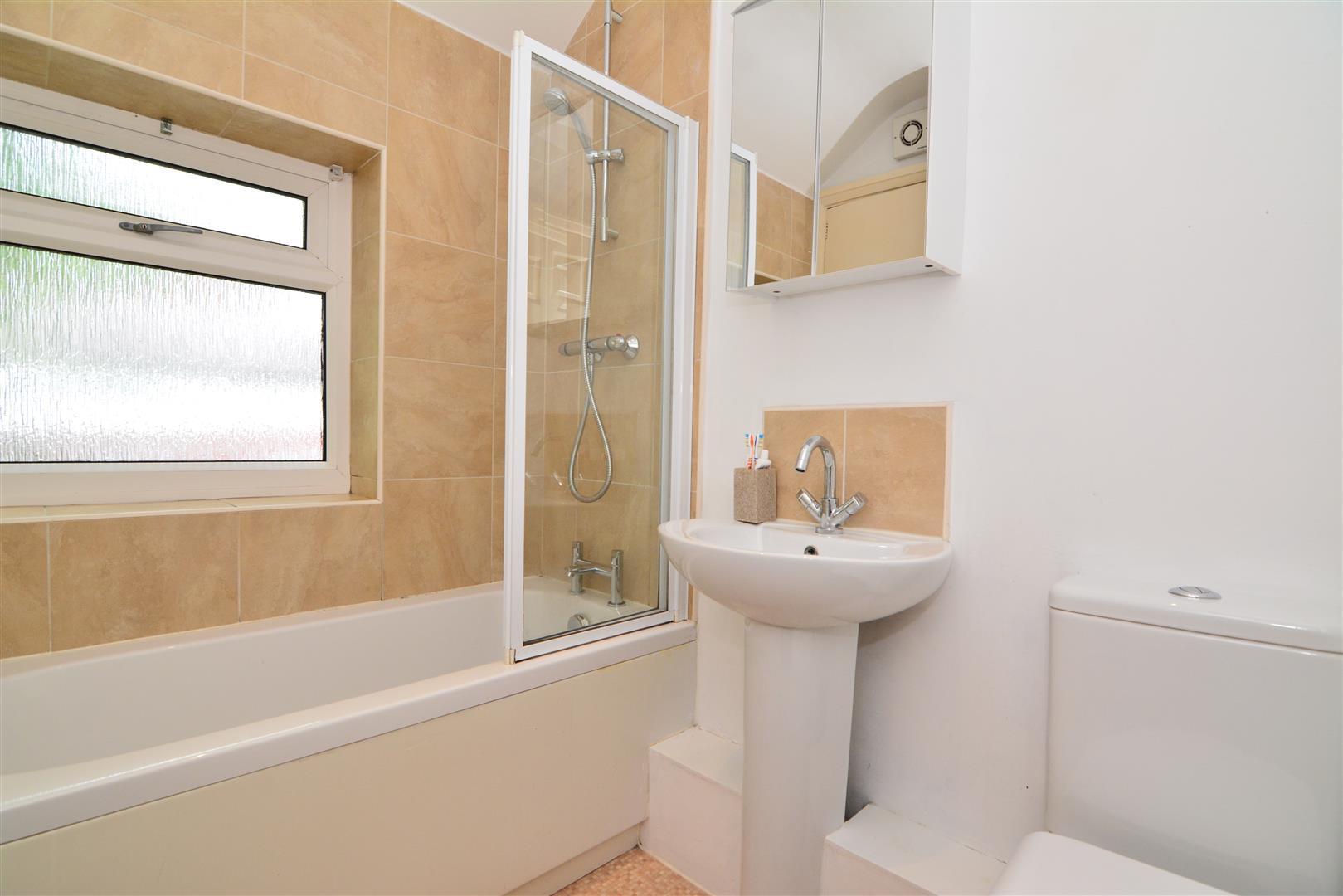 House semi detached broadgate crescent horsforth for Bathroom 3 piece suite