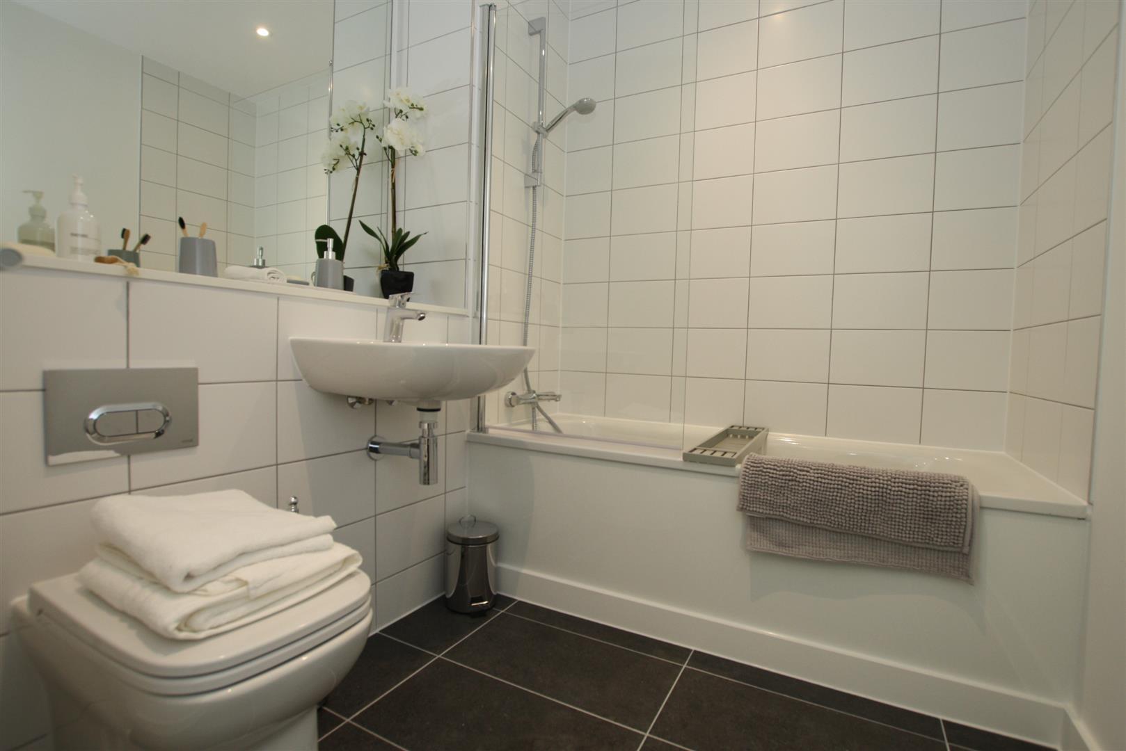 1 Bed Bathroom.JPG