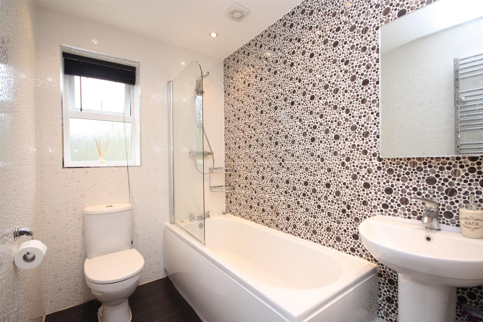 Apartment mill beck close farsley for Bathroom 3 piece suite