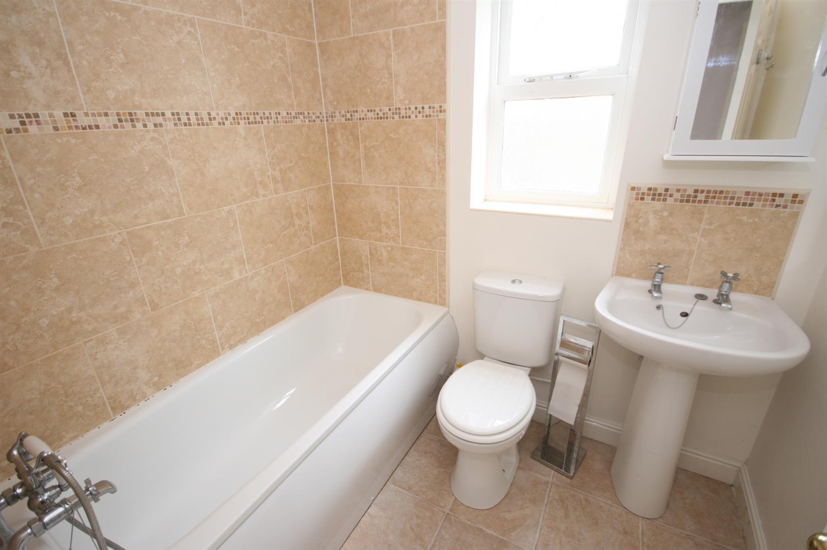 House semi detached whiteoak avenue easingwold for Bathroom 3 piece suite