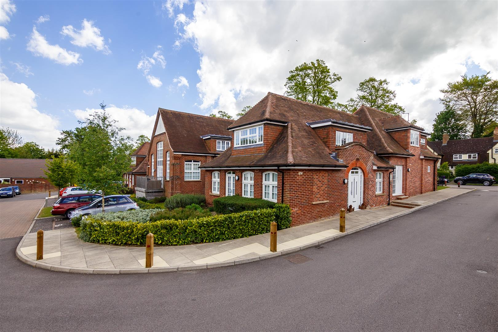 Old westbury letchworth garden city sg 3 bed apartment sg6 3nb 325 000 for sale for Western state bank garden city